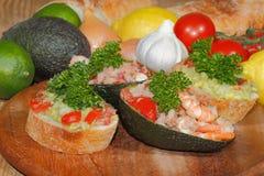 鲕梨, ciabatta,鳄梨调味酱捣碎的鳄梨酱,虾,金枪鱼,蕃茄沙拉 库存图片