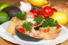 鲕梨, ciabatta,鳄梨调味酱捣碎的鳄梨酱,虾,金枪鱼,蕃茄沙拉 免版税库存图片