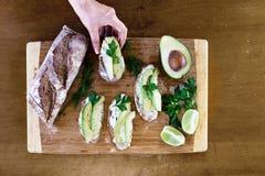 鲕梨bruschetta有机新鲜的开胃菜 免版税库存照片