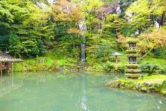 鲜绿色池塘和瀑布在日本人Kenrokuen庭院在今池,日本 库存照片