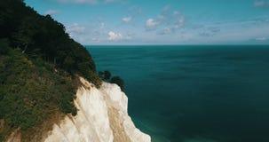 鲜绿色海颜色和白色峭壁 影视素材