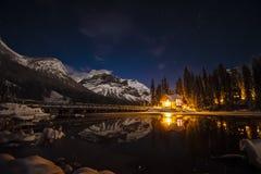 鲜绿色湖小屋在晚上 免版税库存照片