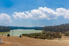 鲜绿色湖看法有走的人的,美丽的天空,发辫在背景中,乌塔卡蒙德,印度, 2016年8月19日 免版税图库摄影