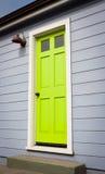 鲜绿色的门 免版税库存照片