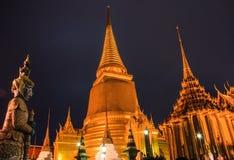 鲜绿色菩萨寺庙或曼谷玉佛寺的夜场面与塔从盛大宫殿视图,曼谷,泰国的首都 免版税库存照片
