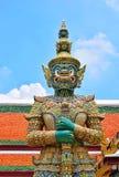鲜绿色菩萨曼谷玉佛寺的寺庙的大雕象 免版税库存照片