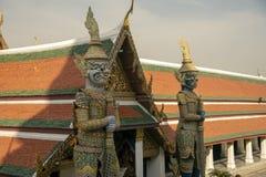 鲜绿色菩萨的寺庙的邪魔监护人 免版税库存照片