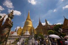 鲜绿色菩萨的曼谷玉佛寺寺庙 免版税库存图片
