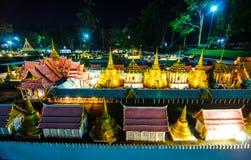 鲜绿色菩萨的皇家寺庙的夜摄影微型公园的是显示微型大厦的一个露天场所 库存图片