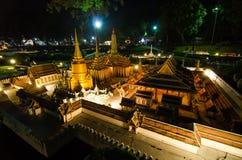 鲜绿色菩萨的皇家寺庙的夜摄影微型公园的是显示微型大厦的一个露天场所 免版税库存照片