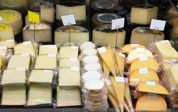 鲜美乳酪在组装和散装 免版税库存照片