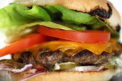 鲜美乳酪牛肉汉堡用莴苣、切达乳酪和tzatziki 免版税库存照片