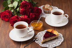 鲜美乳酪蛋糕和杯形蛋糕与两个杯子 免版税库存图片