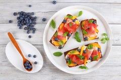 鲜美五颜六色的单片三明治用肉 库存图片