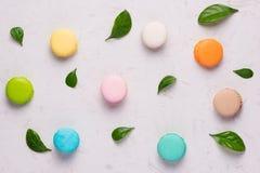 鲜美五颜六色的蛋白杏仁饼干顶视图  库存照片