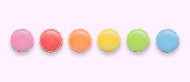 鲜美五颜六色的蛋白杏仁饼干顶视图在桃红色背景的 库存图片