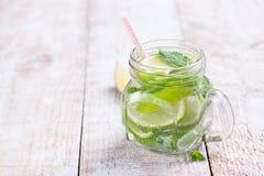 鲜美五颜六色的饮料用冷的绿茶、薄菏和黄瓜在一个玻璃瓶子 免版税库存照片