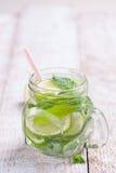 鲜美五颜六色的饮料用冷的绿茶、薄菏和黄瓜在一个玻璃瓶子 免版税库存图片
