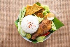 鲜美亚洲食物nasi ayam penyet 免版税图库摄影