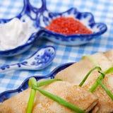 鲜美俄国薄煎饼用红色鱼子酱 免版税库存图片