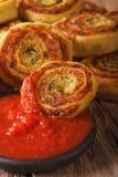 鲜美切的土豆滚动与蕃茄酸辣调味品宏指令 垂直 库存图片