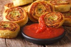 鲜美切的土豆滚动与蕃茄酸辣调味品特写镜头 horizont 免版税库存图片