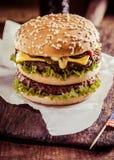 鲜美双重乳酪汉堡用牛肉小馅饼 库存图片