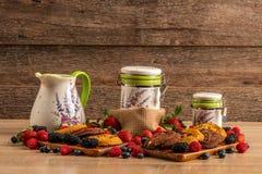 鲜美和健康早餐、森林果子、巧克力烤饼和牛奶接收者 免版税库存照片