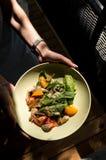 鲜美和健康食物 食物美丽的服务  从餐馆的食物 免版税库存照片