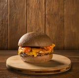 鲜美和开胃汉堡包乳酪汉堡猪肉用烟肉 免版税库存照片