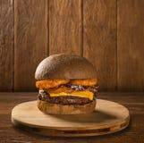 鲜美和开胃汉堡包乳酪汉堡猪肉用烟肉 免版税库存图片