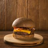 鲜美和开胃汉堡包乳酪汉堡猪肉用烟肉 库存图片