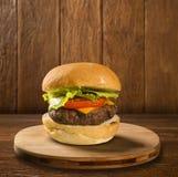 鲜美和开胃汉堡包乳酪汉堡用沙拉 免版税库存图片