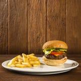 鲜美和开胃汉堡包乳酪汉堡用沙拉 图库摄影