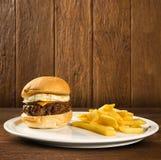 鲜美和开胃汉堡包乳酪汉堡用鸡蛋 图库摄影