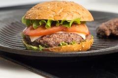 鲜美和开胃汉堡包乳酪汉堡 图库摄影
