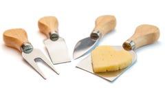 鲜美在白色隔绝的乳酪和刀子 免版税库存照片