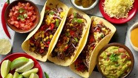 鲜美墨西哥肉炸玉米饼服务与各种各样的菜和辣调味汁 股票视频