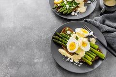 鲜美多士用芦笋、鸡蛋和调味汁 库存照片