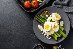 鲜美多士用芦笋、鸡蛋和调味汁 免版税库存图片