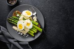 鲜美多士用芦笋、鸡蛋和调味汁 图库摄影