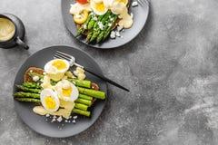 鲜美多士用芦笋、鸡蛋和调味汁 库存图片
