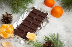鲜美巧克力块用在多雪的背景的普通话 免版税图库摄影