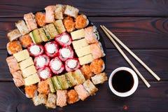 鲜美开胃多彩多姿的寿司卷在木桌, s上设置了 库存图片