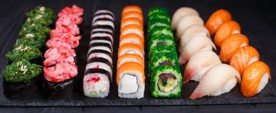 鲜美开胃多彩多姿的寿司卷设置了与宽assortme 免版税库存照片