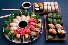 鲜美开胃多彩多姿的寿司设置了与宽分类  免版税库存照片