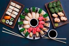 鲜美开胃多彩多姿的寿司设置了与宽分类  库存图片