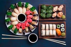 鲜美开胃多彩多姿的寿司设置了与宽分类  免版税库存图片