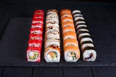 鲜美开胃多彩多姿的maki寿司卷设置了与宽  库存照片