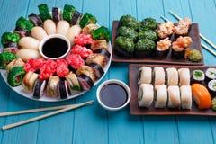 鲜美开胃多彩多姿的nigiri和被设置的寿司卷,服务 免版税库存照片